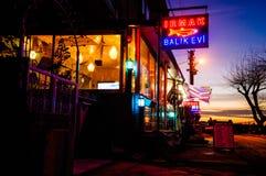 Restaurant confortable de poissons dans le coucher du soleil de soirée Images libres de droits