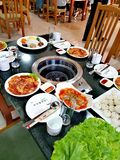 Restaurant coréen du nord à Pyong Yang, dîner de barbecue de canard Images stock