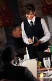 Restaurant : Dîner de commande de femme de menu Photo stock