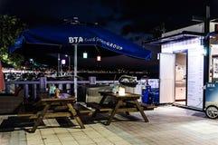 Restaurant dans la ville de Cinarcik la nuit été - Turquie Images libres de droits