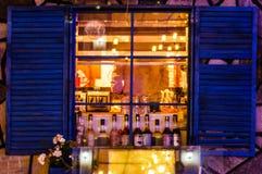 Restaurant dans la ville de Cinarcik la nuit été - Turquie Image stock