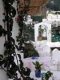Restaurant dans Positano, Italie, toute dans le blanc photos stock