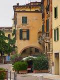 Restaurant dans une rue pavée en cailloutis tranquille, Vérone, Italie Photographie stock