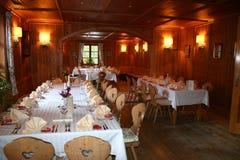 Restaurant dat voor huwelijkspartij wordt verfraaid Stock Fotografie