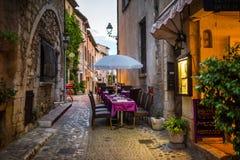 Restaurant in de avond bij oude steet Royalty-vrije Stock Fotografie