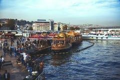 Restaurant de bateau de pêcheurs près de pont de Galata, Istanbul image libre de droits