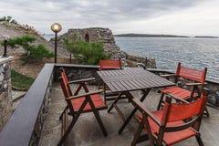 Restaurant de bord de la mer avec une vue panoramique de plage Photos stock