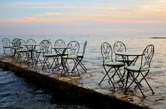 Restaurant de bord de la mer pendant le coucher du soleil Photo stock