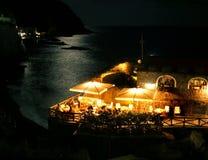 Restaurant de bord de mer par nuit Photo stock