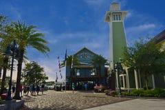 Restaurant de bord de mer, barre portuaire avec le beau phare vert, dans le lac Buena Vista images stock