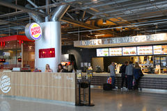 Restaurant de Burger King dans l'aéroport international de Helsinki-Vantaa Images stock