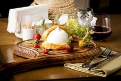 Restaurant de cuisine de Burrata ce goûts bons délicieusement photo libre de droits