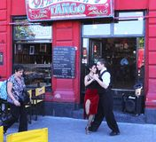 Restaurant de danseurs de tango en La Boca, Buenos Aires, Argentine photos stock