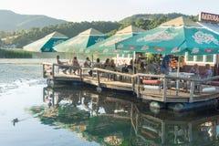 Restaurant de flottement sur la Moravie occidentale en Serbie Images stock