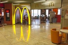 Restaurant de McDonalds à l'aéroport de Francfort Image stock