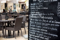 Restaurant de Paris avec le menu Photographie stock libre de droits