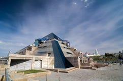 Restaurant de pyramide et Kazan Kremlin à l'arrière-plan Image stock