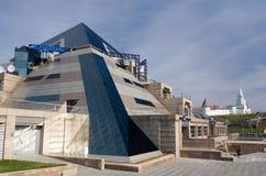 Restaurant de pyramide et Kazan Kremlin à l'arrière-plan Images libres de droits
