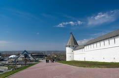 Restaurant de pyramide et tour de sud-ouest de Kazan Kremlin Photo libre de droits