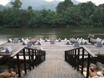 Restaurant de Riververside dans Kanchanaburi, Thaïlande Photographie stock libre de droits