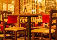 Restaurant de soirée au centre de la ville attendant pour les visiteurs Photo libre de droits