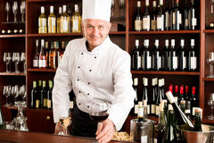 Restaurant de sourire en verre de vin de service de cuisinier de chef Images stock