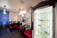 Restaurant de sushi avec les présidences rouges Photos stock