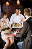 Restaurant de sushi japonais, propriétaires de portion de chef photographie stock