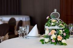 Restaurant de table de banquet de mariage avec des fleurs dans la cage à oiseaux Chic minable Photo libre de droits
