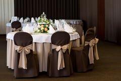 Restaurant de table de banquet de mariage avec des fleurs dans la cage à oiseaux Chic minable Images stock