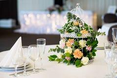 Restaurant de table de banquet de mariage avec des fleurs dans la cage à oiseaux Chic minable Image stock