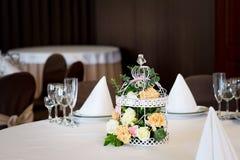 Restaurant de table de banquet de mariage avec des fleurs dans la cage à oiseaux Chic minable Images libres de droits