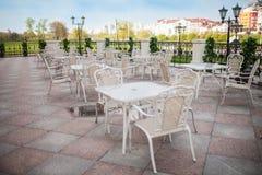 Restaurant de terrasse avec des tables et des chaises photo libre de droits