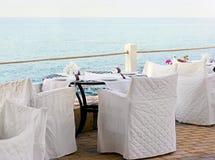 Restaurant de terrasse avec la belle vue de mer Photos stock