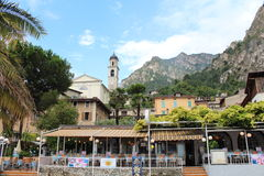 Restaurant in der historischen Stadt von Limone stockbilder