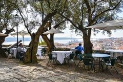 Restaurant die over Lissabon kijken Royalty-vrije Stock Foto