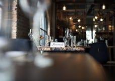 Restaurant die uit Elegant Levensstijl Gereserveerd Concept koelen stock fotografie