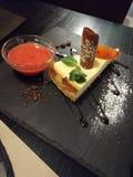 Restaurant dienen den empfindlichsten Käsekuchen stockfotografie