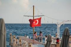 Restaurant donnant sur la mer Égée Personnes d'amour de Tolking Photo stock