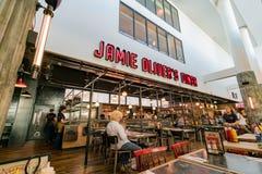 Restaurant du wagon-restaurant de Jamie Oliver dans l'aéroport de Gatwick images stock