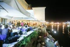 Restaurant durch Meer in Rovinj Stockfoto