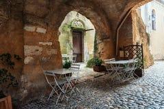Restaurant in een smalle straat van het dorp Heilige Montan in royalty-vrije stock foto's
