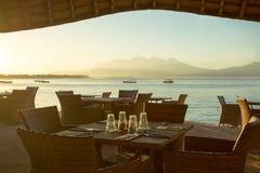 Restaurant en boten op de kust van Gili Travangan Royalty-vrije Stock Afbeeldingen