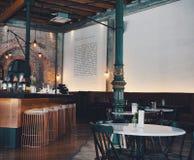 Restaurant et barre avec la conception coloniale photographie stock libre de droits
