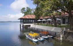 Restaurant et dépendance que le lac logent sur le lac Topa Wewa, Polonnaruwa, Sri Lanka Images libres de droits