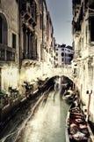 Restaurant et gondole de vintage à Venise la nuit Photographie stock libre de droits