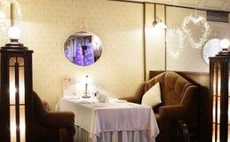 Restaurant européen dans des couleurs jaunes Image libre de droits