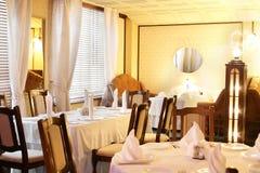 Restaurant européen dans des couleurs jaunes Photos libres de droits