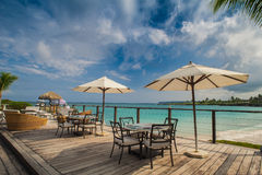 Restaurant extérieur à la plage. Café sur la plage, l'océan et le ciel. Arrangement de Tableau au restaurant tropical de plage. La Images libres de droits