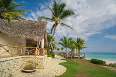 Restaurant extérieur à la plage. Café sur la plage, l'océan et le ciel. Arrangement de Tableau au restaurant tropical de plage. La Photo stock
